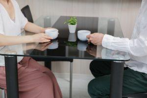 お茶をする男女
