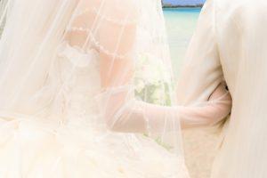 結婚式 腕を組む男女