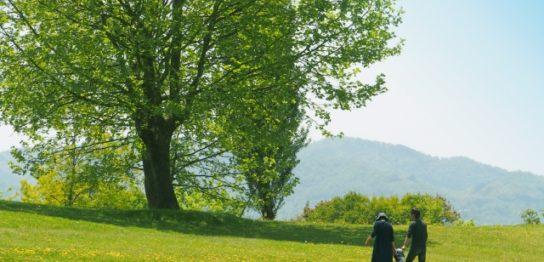草原を歩く家族