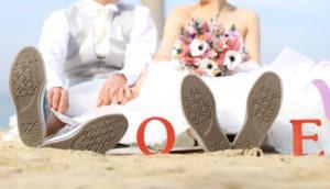 砂浜の新郎新婦