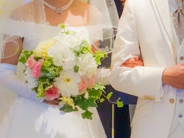 結婚式で腕を組む男女