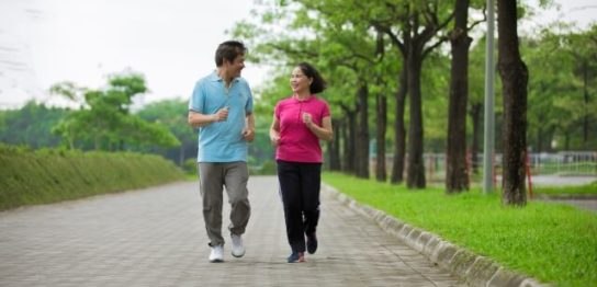 ジョギングするシニアカップル